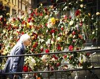 Il cancello del fiore davanti alle costruzioni di governo Immagini Stock Libere da Diritti