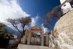 Il cancello della chiesa cattolica nel Tibet Immagine Stock