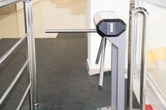 Il cancello girevole del treppiede con il lettore della scheda elettronica è chiuso di un cancello girevole di sicurezza Cancello Immagini Stock