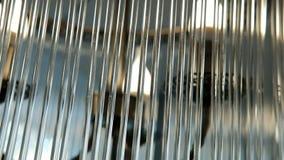 Il candeliere dei tubi trasparenti di vetro vacilla lentamente archivi video
