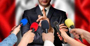 Il candidato canadese parla ai reporter - concetto di giornalismo fotografie stock