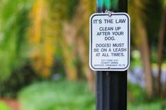 Il cane pulisce il segnale di pericolo Immagine Stock Libera da Diritti