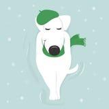 Il cane si trova su neve con i suoi occhi chiusi in un cappuccio ed in una sciarpa Fotografie Stock