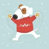 Il cane si trova su neve con i suoi occhi chiusi in un maglione Fotografie Stock Libere da Diritti
