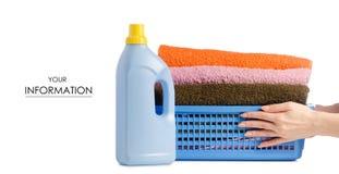 Il canestro con gli asciugamani della lavanderia imbottiglia il modello disponibile della polvere liquida immagine stock libera da diritti
