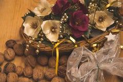 Il canestro fatto a mano con le belle fioriture artificiali Fotografia Stock Libera da Diritti