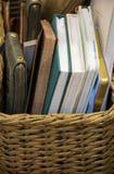 Il canestro ha riempito di taccuini assortiti o di libri più un blocco note in una copertura alta dello zip immagine stock libera da diritti