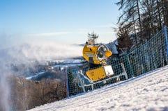 Il cannone della neve produce la neve artificiale Immagini Stock