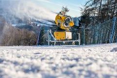 Il cannone della neve produce la neve artificiale Fotografia Stock