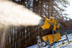 Il cannone della neve produce la neve artificiale Fotografie Stock