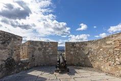 Il canone arrugginito del ferro ha montato sopra una vecchia fortificazione Fotografie Stock