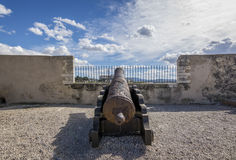Il canone arrugginito del ferro ha montato sopra una vecchia fortificazione Fotografie Stock Libere da Diritti