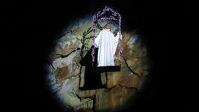Il cantante di opera canta nella caverna stock footage