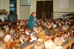 Il cantante ed il compositore Igor Kornelyuk - la prestazione sulla fase del palazzo del corridoio della cultura del distretto di Fotografia Stock Libera da Diritti