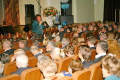 Il cantante ed il compositore Igor Kornelyuk - la prestazione sulla fase del palazzo del corridoio di scienza e della cultura del Immagine Stock