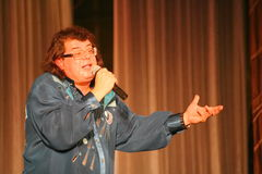 Il cantante ed il compositore Igor Kornelyuk - la prestazione sulla fase del palazzo del corridoio di scienza e della cultura del Fotografia Stock Libera da Diritti