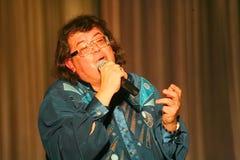 Il cantante ed il compositore Igor Kornelyuk - la prestazione sulla fase del palazzo del corridoio di scienza e della cultura del Fotografia Stock