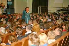 Il cantante ed il compositore Igor Kornelyuk - la prestazione sulla fase del palazzo del corridoio di scienza e della cultura del Immagine Stock Libera da Diritti