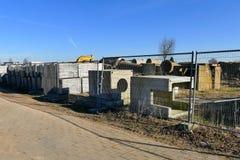 Il cantiere con il tubo ed il calcestruzzo per la costruzione alloggia il sur Fotografia Stock Libera da Diritti