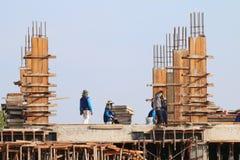 Il cantiere ed i muratori l'area, la gente stanno lavorando alla costruzione, gruppo di persone sono costruzione professionale fotografia stock