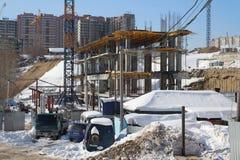 Il cantiere nella città per costruzione lavoro i mucchi dell'impedimento del macchinario fa il fondamento di una costruzione mult immagini stock