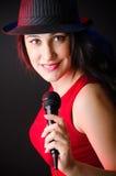 Il canto della donna nel club di karaoke Fotografie Stock Libere da Diritti