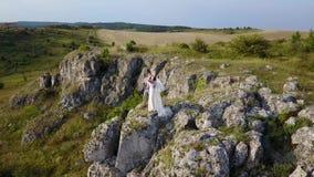 Il canto dello sposo su un plateau roccioso archivi video