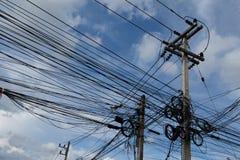 Il caos delle funi e dei cavi sul palo elettrico a Bangkok, Thail Fotografie Stock Libere da Diritti