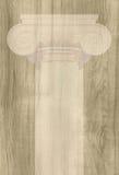 Il capitale ionico contro lo sfondo di struttura di legno immagini stock