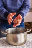 Il capo abilmente modella il riempimento del kebab Carne sugosa Un riempimento fragrante con il condimento immagine stock