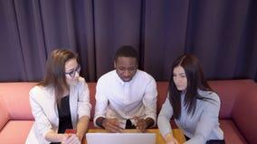 Il capo afroamericano spiega i suoi subalterni femminili come lavorare al rapporto finanziario stock footage