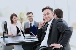 Il capo di finanza nel posto di lavoro e nell'affare teams il lavoro sopra Fotografie Stock