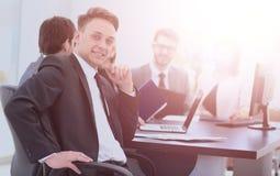 Il capo di finanza nel posto di lavoro e nell'affare teams il lavoro sopra Fotografie Stock Libere da Diritti