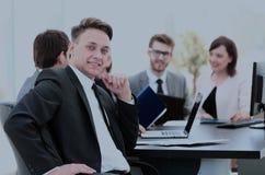Il capo di finanza nel posto di lavoro e nell'affare teams il lavoro sopra Immagine Stock