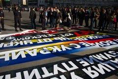 Il capo di polizia Viktor Biryukov controlla la pace marzo dell'opposizione dei manifesti fotografia stock