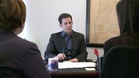 Il capo parla con gli impiegati video d archivio