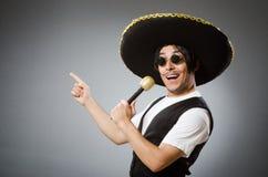 Il cappello d'uso del sombrero della persona nel concetto divertente immagine stock