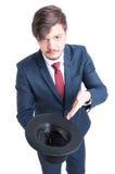 Il cappello d'uso della tenuta del vestito dell'uomo gradisce elemosinare fotografie stock libere da diritti