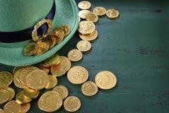 Il cappello del leprechaun del giorno della st Patricks con il cioccolato dell'oro conia Fotografia Stock Libera da Diritti
