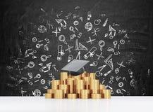 Il cappello di graduazione sta mettendo sulla piramide delle monete Immagini Stock