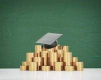 Il cappello di graduazione sta mettendo sulla piramide delle monete Un concetto di un prezzo elevato per l'istruzione dell'univer Immagini Stock Libere da Diritti
