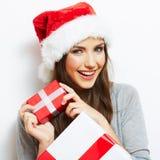 Il cappello di Santa di Natale isolaed il regalo di natale della tenuta del ritratto della donna Immagine Stock