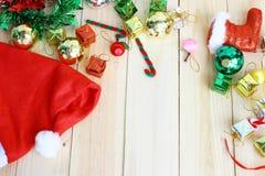 Il cappello di Santa e decorazione di Natale su fondo di legno e spazio per testo Fotografie Stock Libere da Diritti