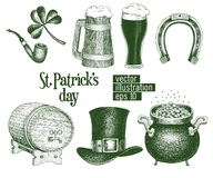 Il cappello disegnato a mano del leprechaun di vettore, il trifoglio, la tazza di birra, barilotto, schizzo dorato del vaso della immagine stock
