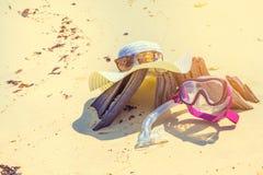 Il cappello e Sunglass su legname la spiaggia si rilassano il concetto di festa di vacanze estive tonificato Fotografie Stock Libere da Diritti