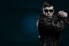 Uomo della mafia pronto a colpire con il bastone Fotografia Stock