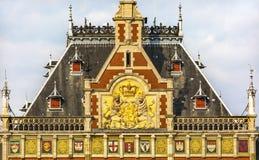 Il cappotto olandese arma la stazione ferroviaria centrale Amsterdam Holland Netherlands fotografia stock