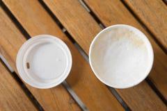 il cappuccino caldo in tazza di carta per porta via Immagini Stock Libere da Diritti
