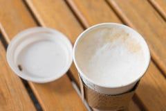 il cappuccino caldo in tazza di carta per porta via Fotografie Stock