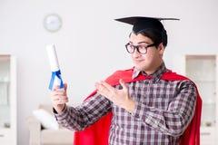 Il cappuccio d'uso di laurea del bordo del mortaio dello studente dell'eroe eccellente Fotografie Stock Libere da Diritti